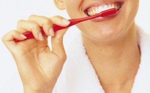 Зачем чистить зубы вечером: пять причин