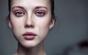 Как быстро убрать покраснения и отечность после слез