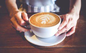 Стоматологи рекомендуют добавлять молоко в чай и кофе