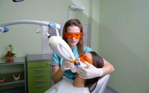 Как отбелить зубы без вреда: отбеливающие полоски или лазер?
